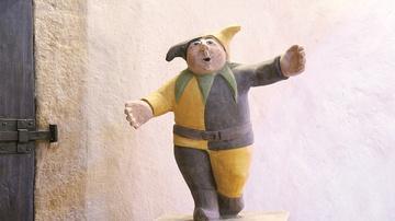 Hofnarr Hans begleitet die kleinen Gäste durch das Schloss. Er berichtet an verschiedenen Punkten des Schlosses über die Gegebenheiten und erzählt kindgerecht spannende kurze Geschichten aus der damaligen Zeit. - Foto: Schloss Rochlitz